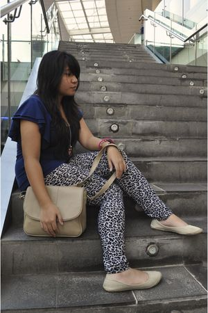 blue top - gray tights - beige bag - beige shoes