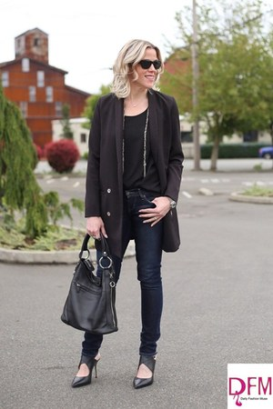 black jacket - blue skinny jeans Levis jeans