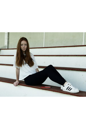 white t-shirt t-shirt - navy leggings - white sneakers Adidas sneakers