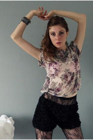 black lace Calzedonia tights - black rose Calzedonia shorts