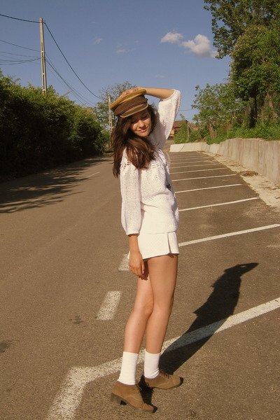 camel Prinz Heinrich hat - white H&M shorts
