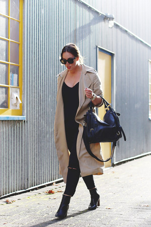beige trench coat Aritzia coat - black skinny jeans James Jeans jeans
