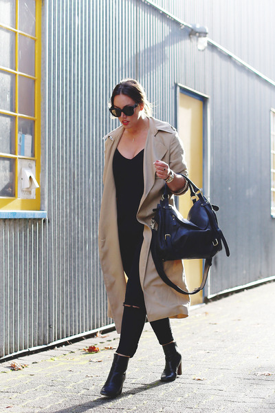 beige trench coat Aritzia coat - black skinny jeans James Jeans jeans