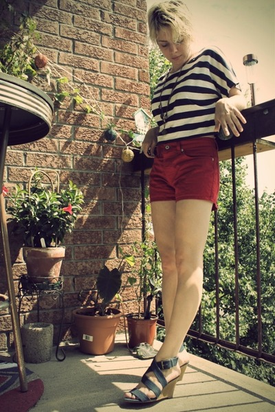 blue top - red shorts - blue Zara shoes