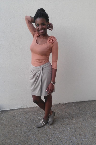 peach H&M shirt - camel Forever 21 skirt - heather gray Old Navy flats