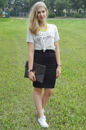 silver H&M t-shirt - black clutch comegetfashioncom bag - black H&M skirt