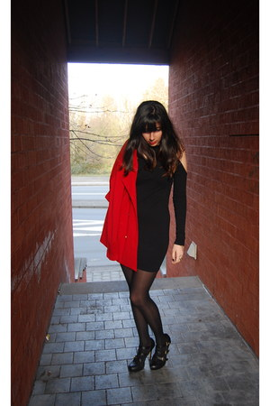 black cold shoulders Motel Rocks dress - red cotton Primark coat