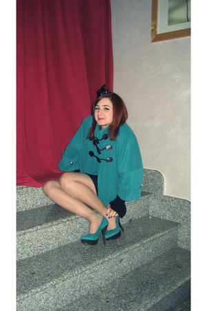 turquoise blue heels - black skirt - turquoise blue cape - black accessories