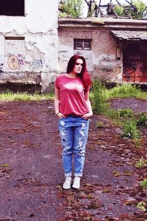 sky blue boyfriend jeans New Yorker jeans - ruby red New Yorker t-shirt