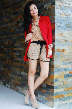 tan top - camel shoes - red blazer - black shorts