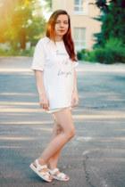 white cotton HiCustom t-shirt - white leather Hush Puppies sandals