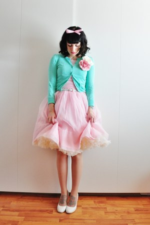 light pink 50s chiffon vintage dress - aquamarine cotton cardigan - white pumps