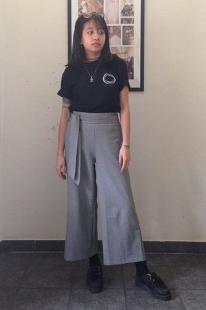black 0815 t-shirt - black creepers shoes - gray culotte Zara pants