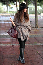 el corte ingles hat - Decathlon boots - Zara scarf - Urban Outfitters bag