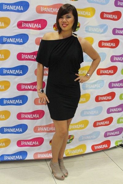 Coleen Rooney wows in monochrome dress and nude heels at Christies