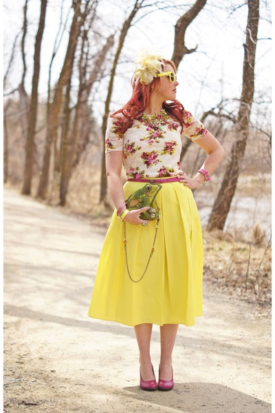 yellow midi skirt skirt - light yellow hat - chartreuse frog bag
