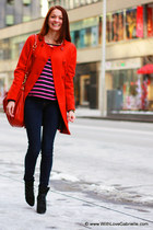 navy cashmere Autumn Cashmere sweater - black suede Manolo Blahnik boots