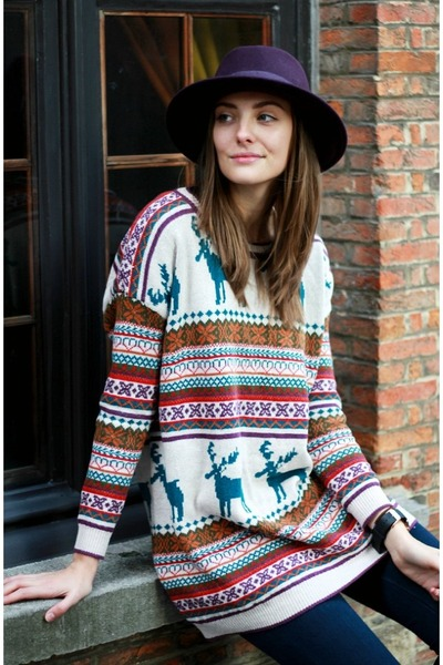 oversized or classic sweaters for women This season's sweaters for women come in key styles and colors of the season. The oversized fit adds volume and comfort to your look, while embroideries and appliques will add an extra touch of elegance.