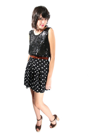 black YO VINTAGE top - YO VINTAGE shorts - Chloe clogs
