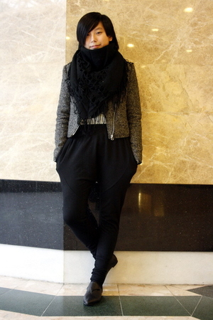 black scarf - gray jacket - blue Sie go blouse - black As know as pants - black