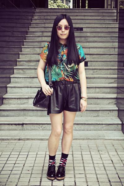 teal Pull & Bear shirt - black Sukiired shorts - red Izzue socks