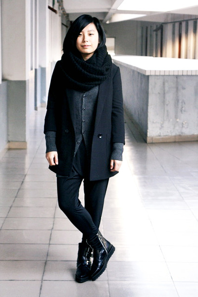 black puzzle boots - black H&M blazer - black H&M scarf - black Pour le femme pa