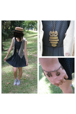 light brown bronze bracelet - navy cotton dress - camel rattan Vincci hat