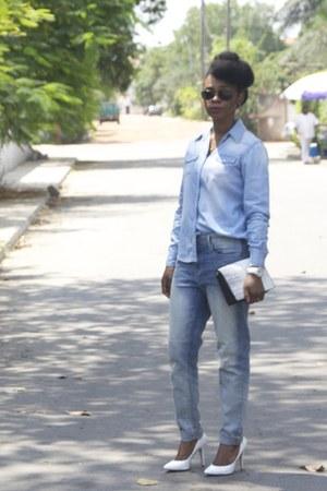 sky blue boyfriend jeans Levis jeans - white BCBGMAXAZRIA pumps