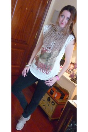 camel Zara boots - camel The Music Collection by AD scarf - white Bershka t-shir