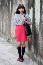 heather gray printed sweater - black quilted bag - hot pink skirt