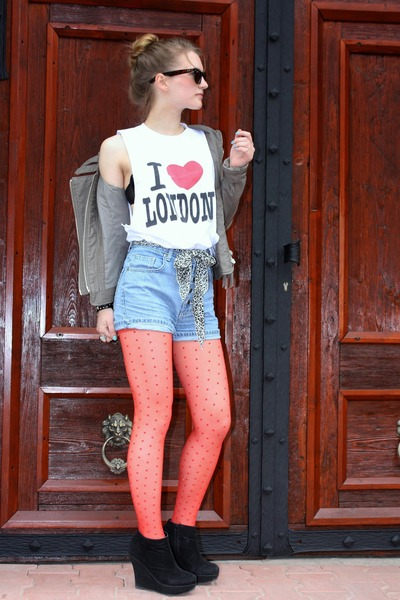 ivory I love London shirt - red dotted tights - sky blue jeans shorts - dark bro
