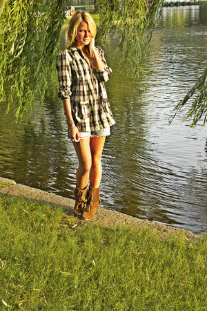 Minnetonka boots - free people shirt - vintage shorts