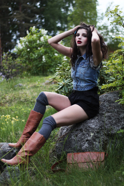 charcoal gray cat print H&M shirt - brown leather vintage boots