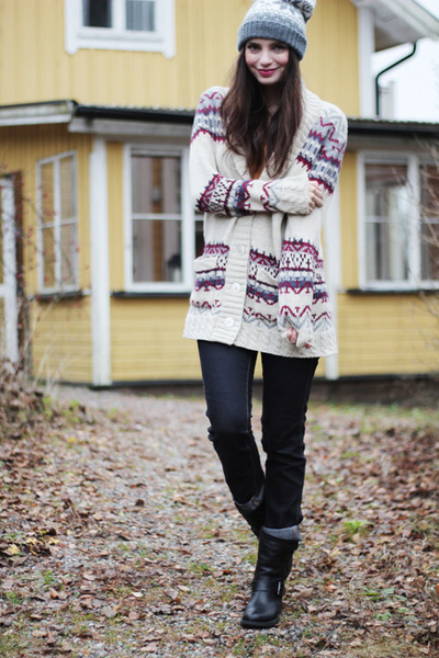 off white knitted printed Indiska cardigan - black biker Scorett boots