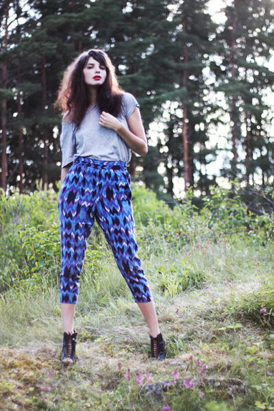 blue crazy print H&M pants - heather gray plain Monki t-shirt