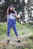 84afef32573 blue crazy print H M pants - heather gray plain Monki t-shirt