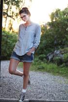 heather gray shirt - blue loose fit denim H&M shorts - light pink Converse Allst