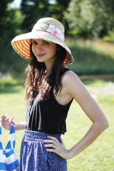 neutral straw beach shop in Barbados hat - blue striped beach IKEA bag - navy fl