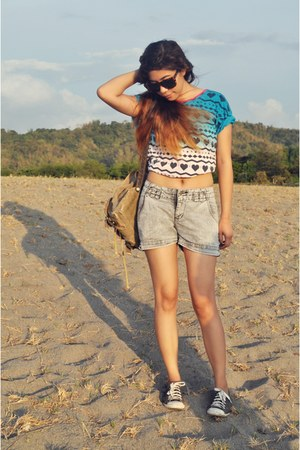 ombre print t-shirt - heather gray Mudd shorts - black Converse sneakers