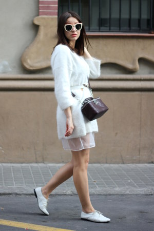 white vagabond shoes - white H&amp;M sweater - crimson Bimba &amp; Lola bag