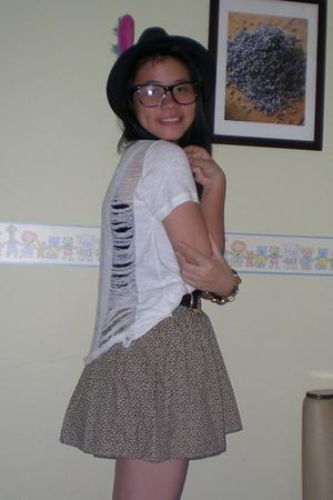 t-shirt - skirt - moms belt - moms belt - accessories - hat