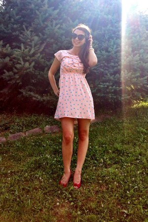 peach Francescas Collections dress - black American Eagle sunglasses