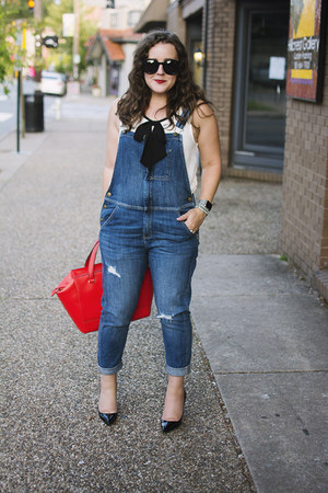 blue overalls Current Elliott jeans - red kate spade bag