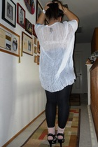 white diy webbed Urban Outfitters t-shirt - black heels Nine West shoes