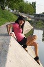 Pink-smooth-bershka-t-shirt-deichmann-sandals
