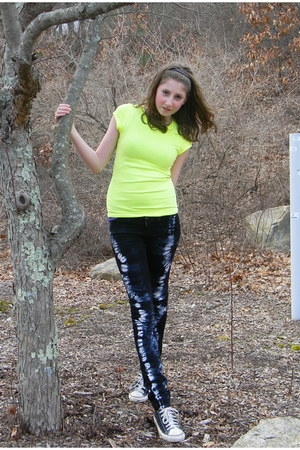 blue jeggings J Brand jeans - black Converse sneakers - yellow Forever 21 t-shir