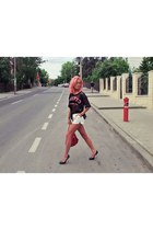 black Dsquared2 pumps - red Moschino bag - white Boho Chic shorts