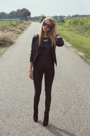 gold statement H&M necklace - black ankle boots H&M boots - black Zara jeans