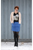 black t-shirt - black boots - beige cable knit cardigan - blue skirt
