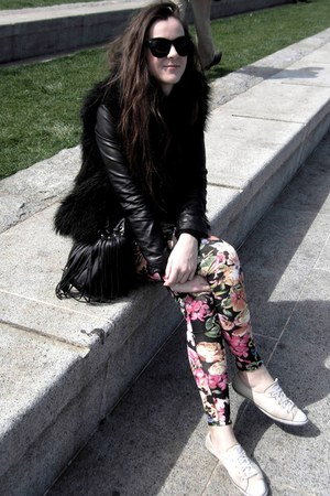floral leggings - faux fur vest - sneakers